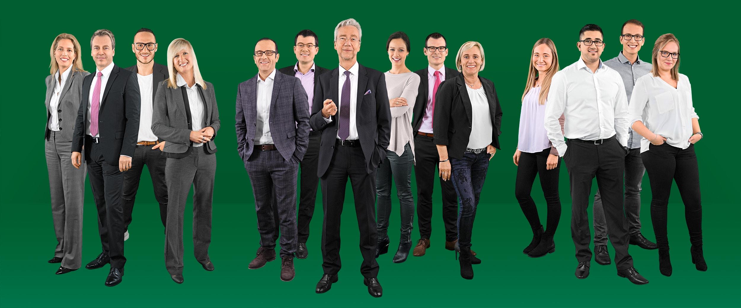 Mitarbeiter vor einem dunkelgrünen Hintergrund.