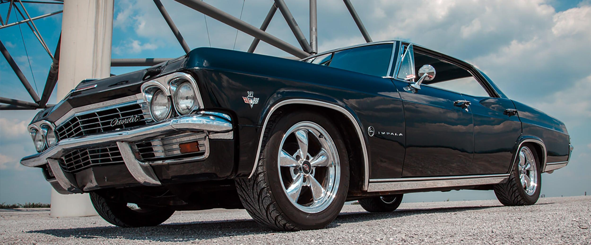 Seitenansicht Chevrolet Impala aus der Froschperspektive.