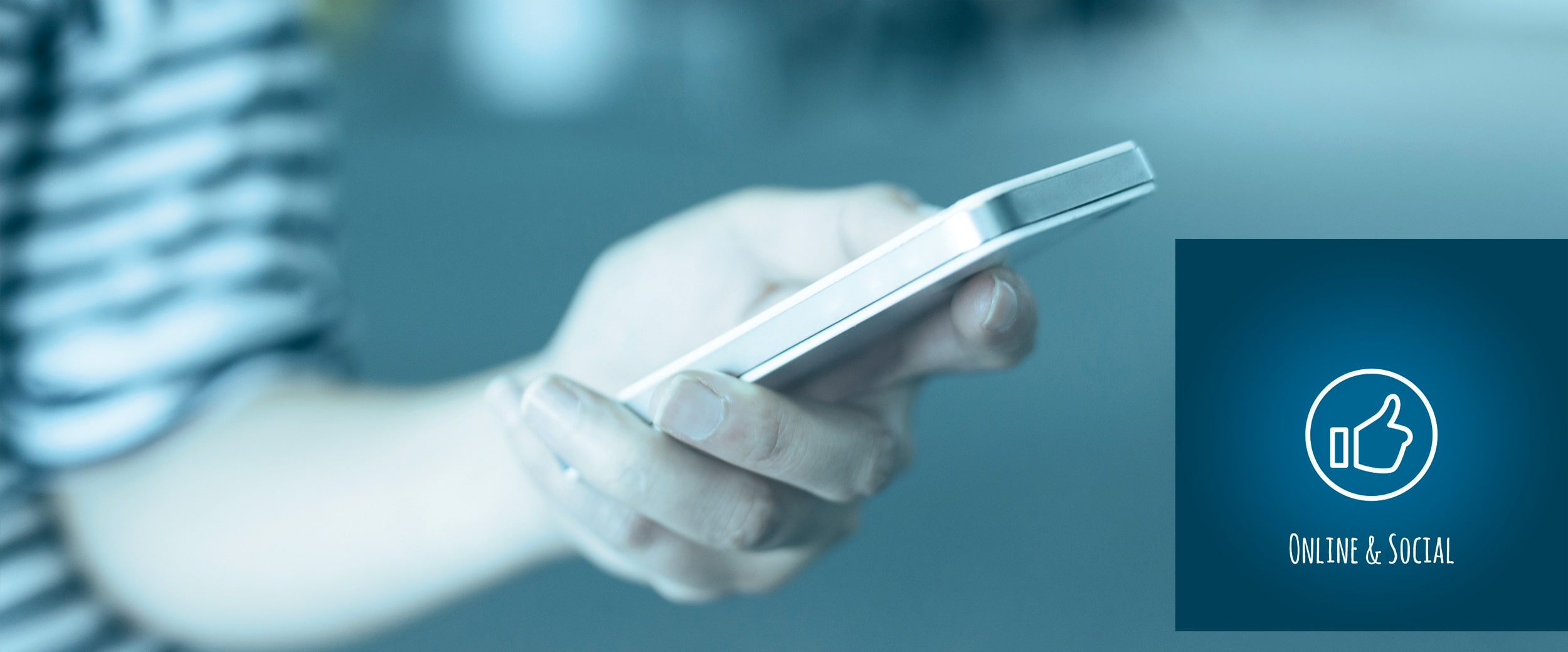 Hand eines Mannes mit Smartphone.