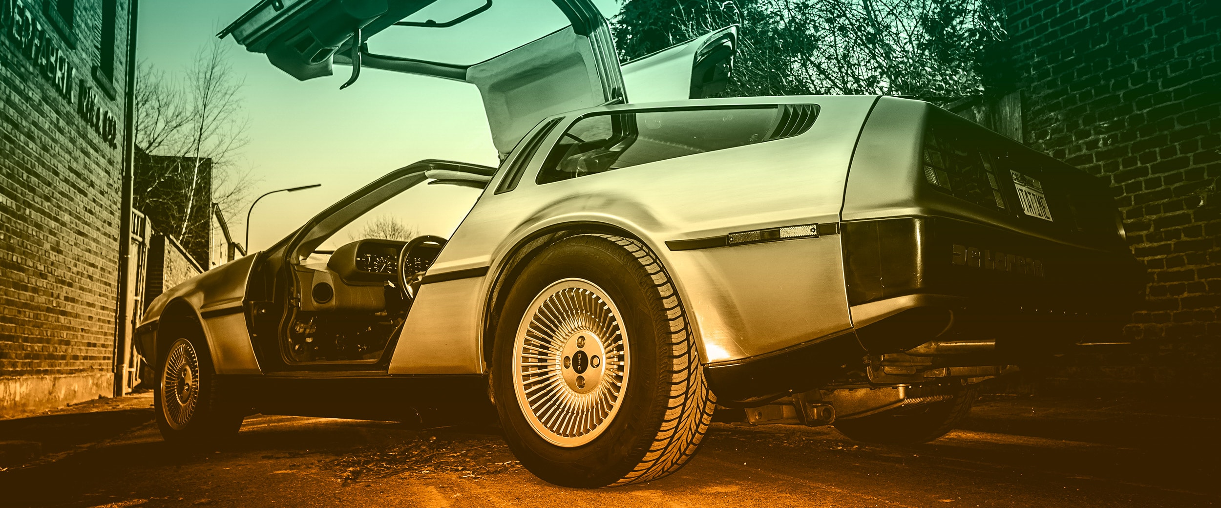 Parkender DeLorean auf einer Gasse.